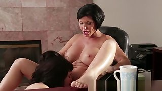 Teen lesbian pussylicked by mature therapist