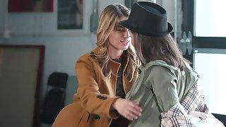 Doyen lesbian Casey Calvert gives a cunnilingus to lesbian newbie