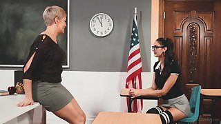 Horny lesbian MILF professor has a another education in mind
